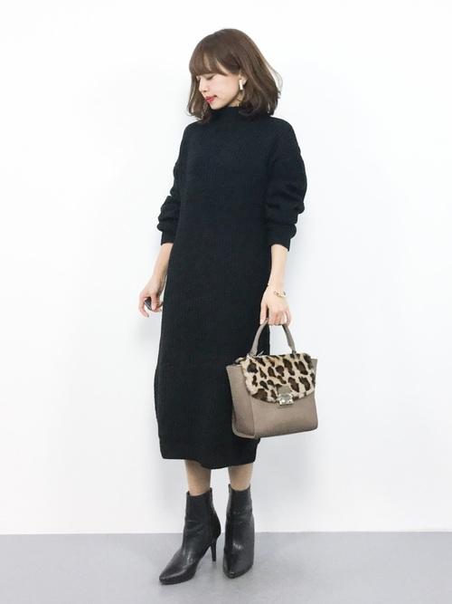 黒のニットワンピースを着た女性