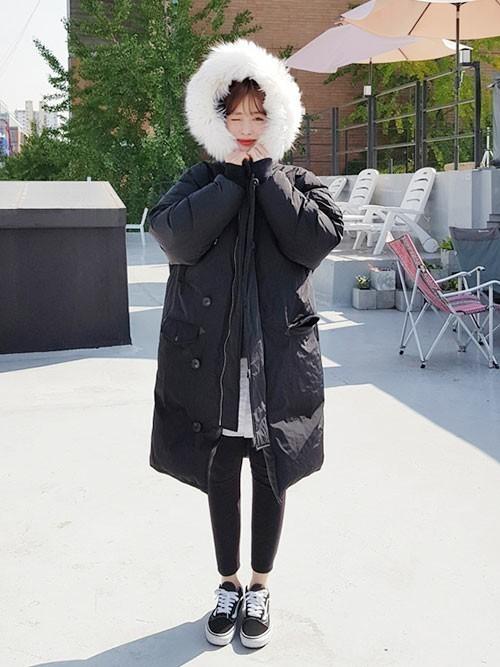 黒のダウンコートに黒スキニーを履いた女性