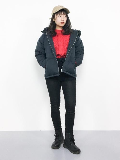 黒スキニーにダウンジャケットを着た女性