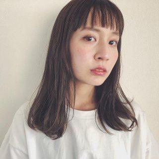 ぱっつん前髪のミディアムヘアスタイルの髪型が似合う童顔の女性