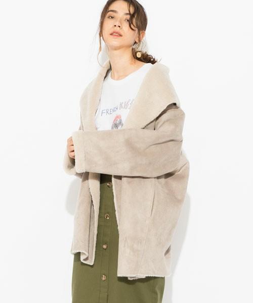 カーキスカートにムートンコートを着た女性