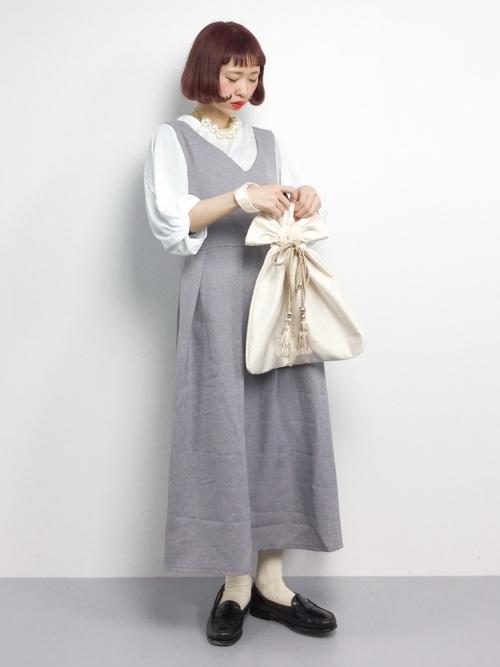 白のブラウスにライトグレーのジャンパースカート、靴下にローファーを合わせたコーデ