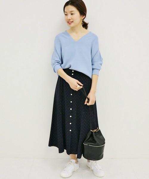 水色ニットにフロントボタンドットスカートのコーデ