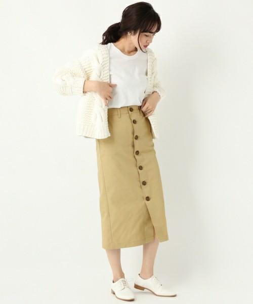 白のトップス、ベージュのタイトスカートに白のカーディガンを着た女性