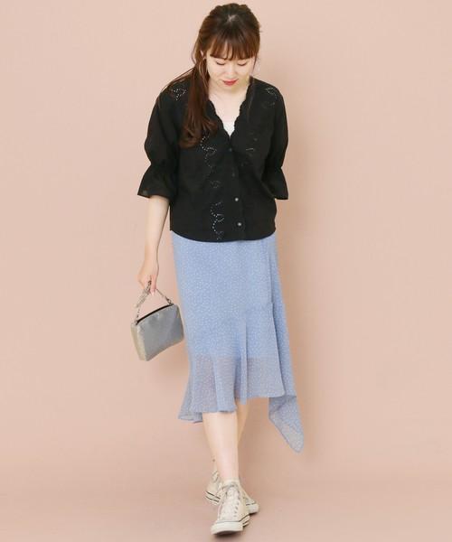 黒スカラップブラウスに水色スカートのコーデ