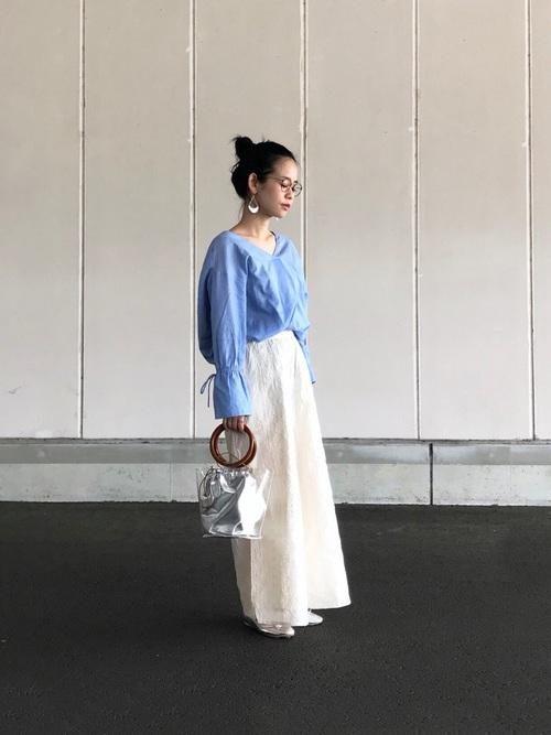 ブルーのシャツに白のワイドパンツのコーデ