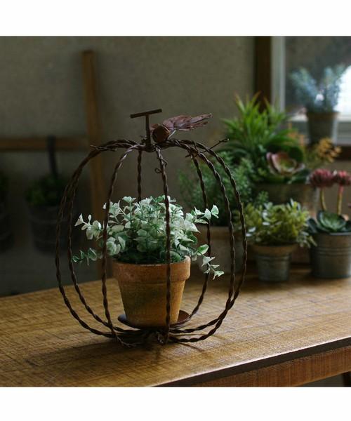 鉢植えの外にワイヤーパンプキン