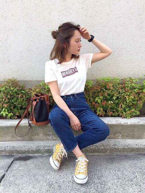 白ロゴTシャツとデニムパンツにイエローコンバースの低身長女子の春夏レディースコーディネート