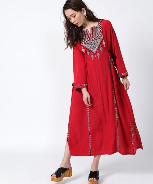 カフタン刺繍の赤ワンピースを着た女性