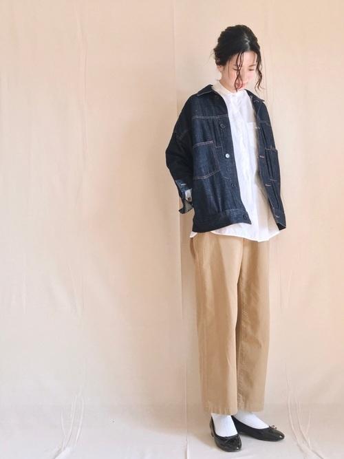 デニムジャケットと白シャツにベージュグルカパンツのレディースコーディネート