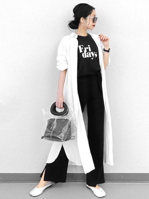 黒ロゴTシャツに長袖ロング白シャツワンピースを羽織りにしたレディース春夏コーディネート