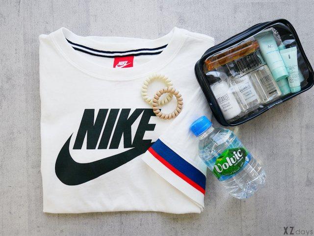NIKEのTシャツと水とヘアケアセット