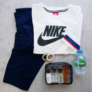 NIKEのTシャツとパンツと水とトラベルセット