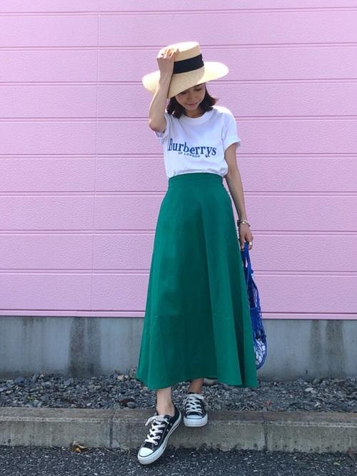 グリーンフレアスカートにロゴ白Tシャツとカンカン帽のボブヘア女子の春夏コーディネート