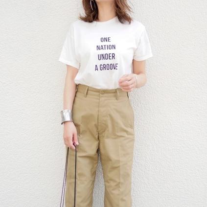 白ロゴTシャツにベージュチノパンツとパイソン柄パンプスのミディアムヘア女子の春夏コーディネート
