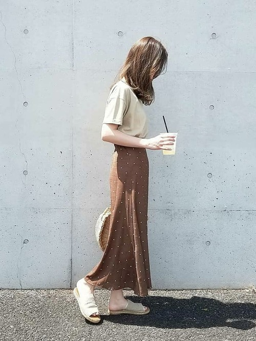 ベージュTシャツにドットスカートの女性