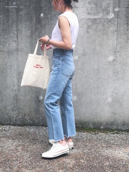 白ノースリーブに薄色デニムパンツと白スニーカーの夏のレディースきれいめファッションコーディネート