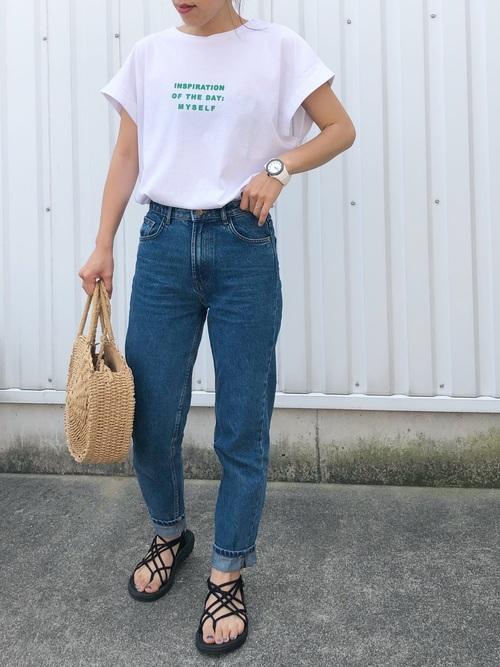 ZARAデニムパンツに白Tシャツとサークルかごバッグのレディースコーディネート