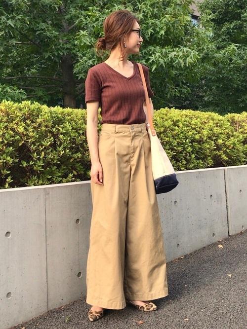 ブラウンTシャツにベージュワイドパンツとレオパード柄パンプス靴のレディース秋コーディネート