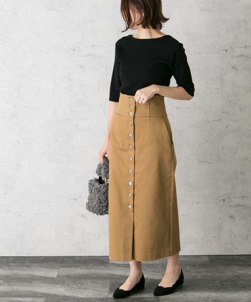 黒半端袖ニットトップスにベージュスカートの気温23度の日の女性の服装