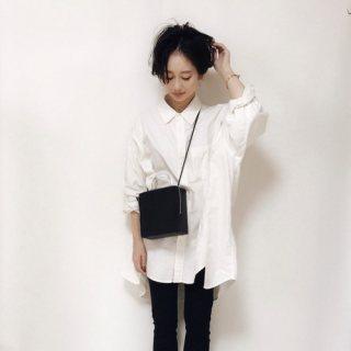白ビッグシャツに黒スキニーデニムパンツの黒髪ショートヘアレディースの秋冬コーディネート