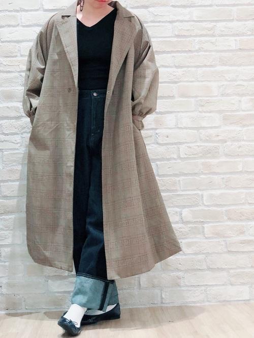 日本人に似合わない人が多いトレンチコートにデニムパンツを合わせた女性のコーディネート