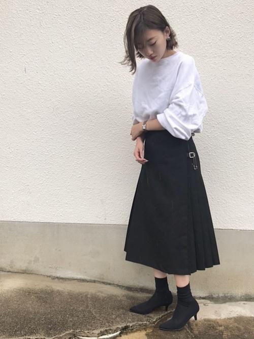 白スウェットに黒のスカート、ソックスブーツを合わせたコーデ