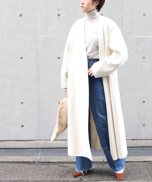 白のノーカラーコート