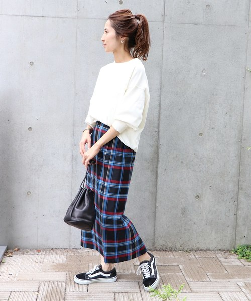 タイトスカートが似合わない女性の特徴の骨格に合っていないスカートをはいたイメージ画像