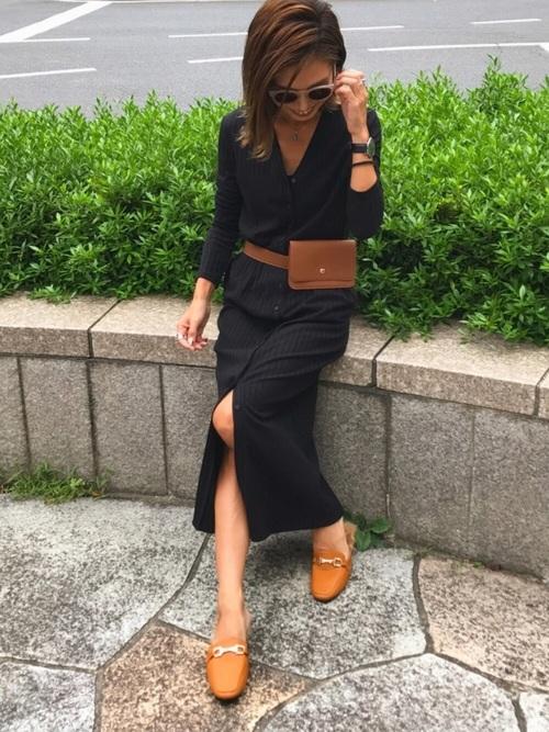 黒のカーデワンピを1枚で着た女性