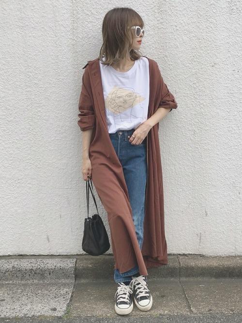 Tシャツとデニムパンツに羽織の女性