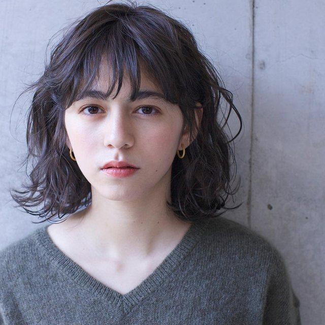 巻き髪が似合わない女性でも似合うようになる解決策の重く見えない巻き髪にアレンジしたイメージ画像