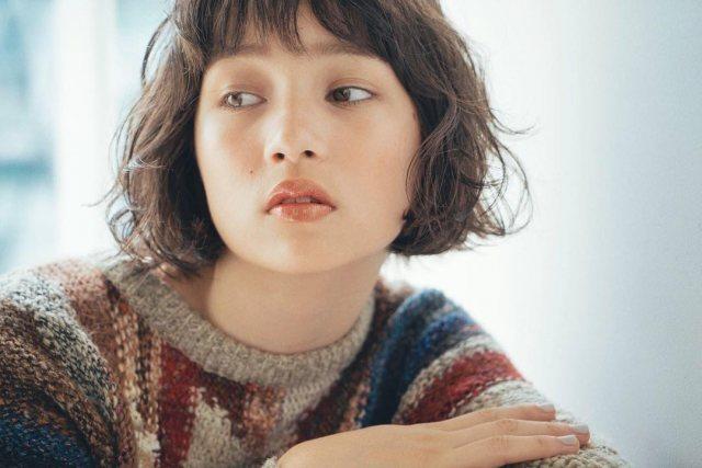 巻き髪が似合わない女性の特徴の丸顔の女性が巻き髪にしたイメージ画像
