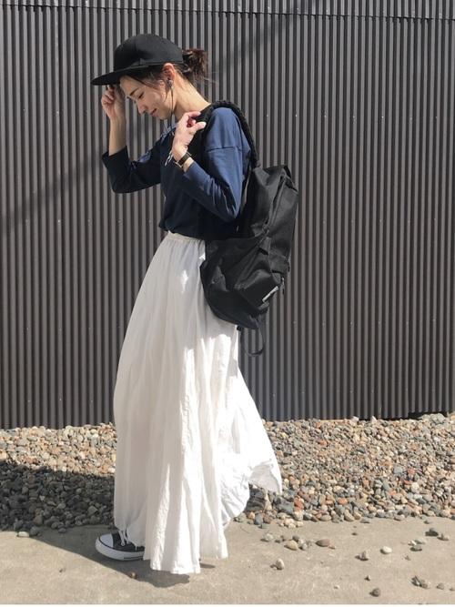 白のロングスカートに黒キャップと黒スニーカーの髪型のまとめた低身長女子の春夏ファッションコーディネート