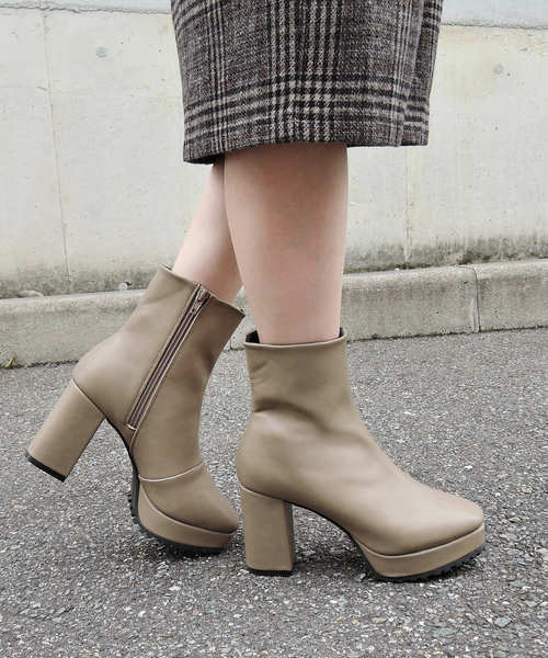 チェックスカートに厚底ブーツの女性