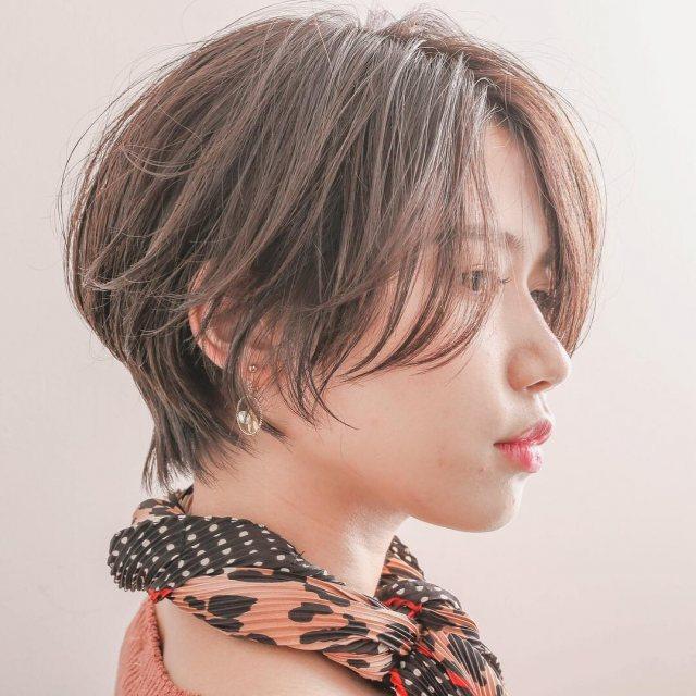 丸顔の女性に似合うショートの髪型のくせ毛風ストレートショートヘアスタイルのイメージ画像