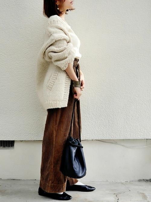 アイボリーニットカーディガンにブラウンワイドパンツの秋の最高気温13度の日にぴったりなレディースの服装