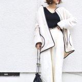 白のパイピングコートに白ワイドパンツと黒ニットの秋の最高気温13度の日にぴったりなレディースコーディネート