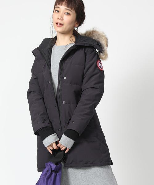 カナダグースのネイビーダウンを着た女性