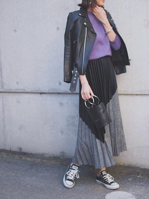 黒のライダースジャケットにパープルニットとプリーツスカートのアラサー女子の秋冬ファッションコーディネート