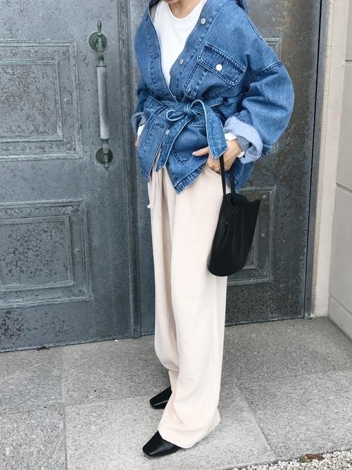 デニムジャケットに白のカットソープルオーバーにニットパンツのレディース春夏コーディネート