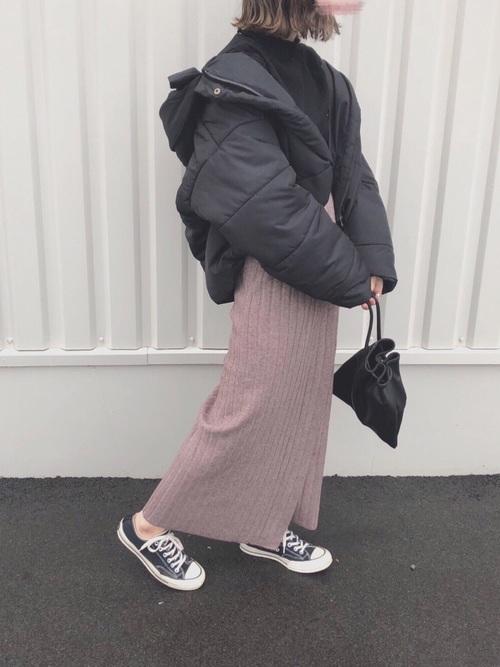 黒のショート丈ダウンジャケットにピンクニットロングスカートのレディース秋冬コーディネート
