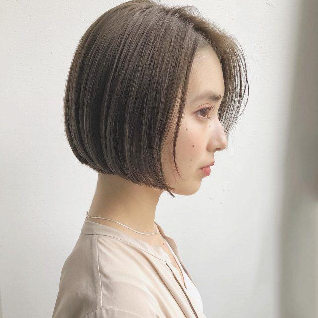 パーソナルカラーがイエベの人に似合う髪色のベージュ系カラーにした女性の画像