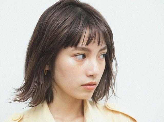 アラサー女子に似合うオン眉前髪にレイヤーボブヘアスタイルにした女性の画像