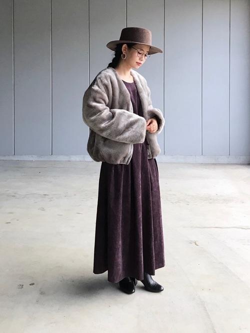 コーデュロイワンピにファーコートの女性
