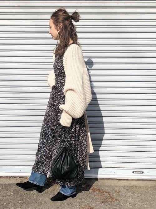 ドット柄ワンピースにデニムパンツと白ニットカーディガンの秋冬のおうちデートにぴったりな女性の服装