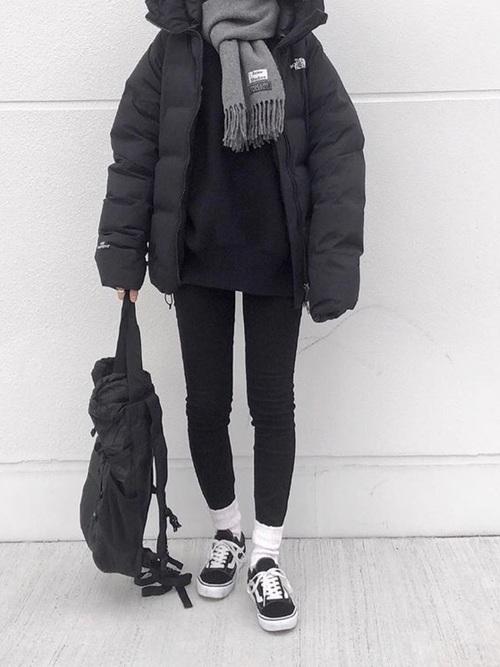 黒ダウンジャケットに黒スキニーデニムとグレーマフラーの氷点下の日にぴったりなレディースの服装