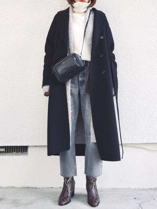 ネイビーロングコートに白タートルネックニットとグレーカーディガンの氷点下の日にぴったりなレディースの服装