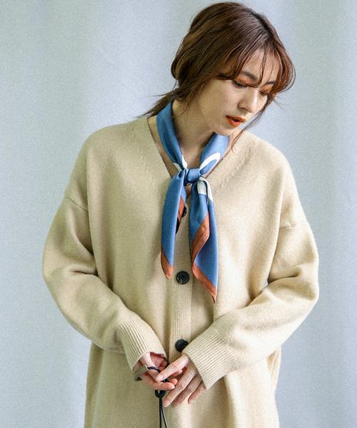 白カーデにダスティブルーのスカーフ