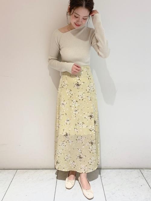 イエローベースの花柄スカート